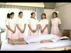 Asiatische Krankenschwester beim Schwanz blasen