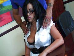 Sekretärin lässt beim Fick die Titten wackeln