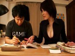 Asiatische Nachhilfelehrerin im Minirock